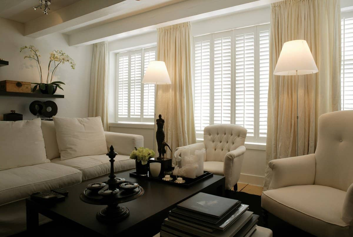Wohnzimmer mit hellen Möbeln