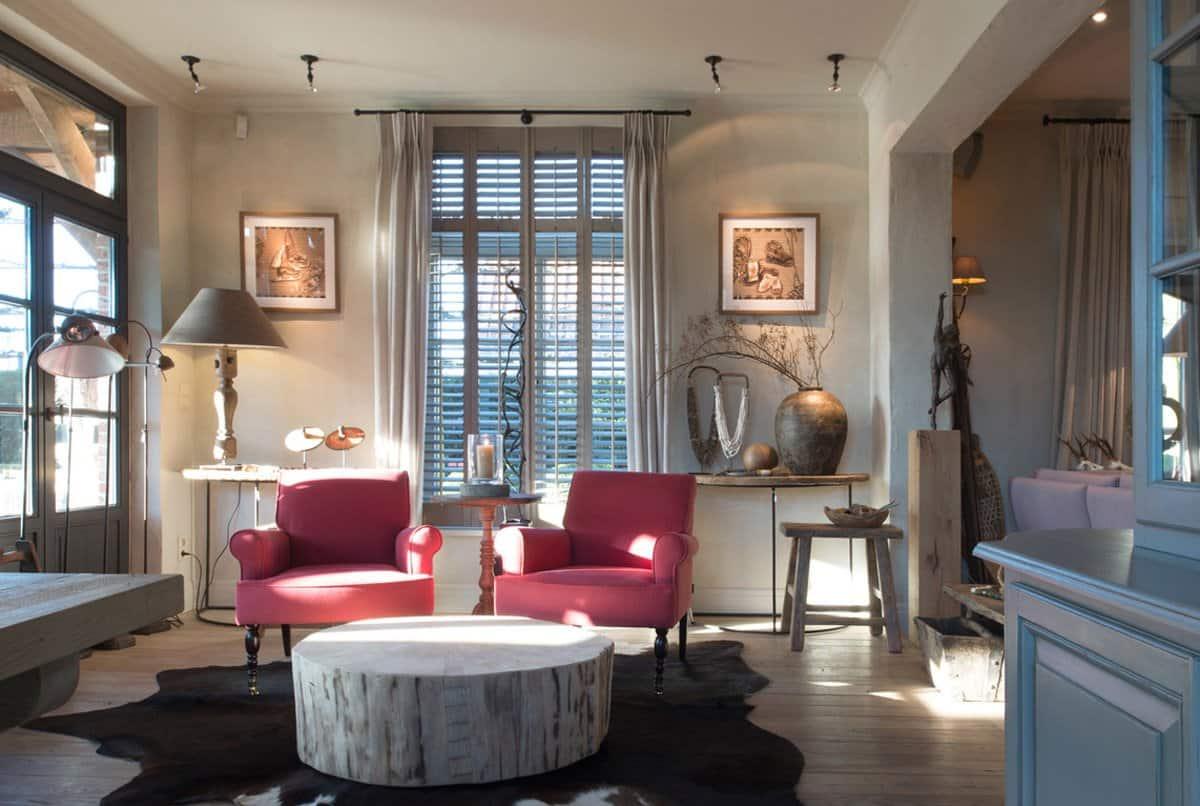 Wohnzimmer mit roten Sesseln