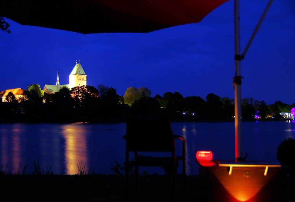 HERSAND GmbH Sonnenschirmstaender bei Nacht am See beleuchtet