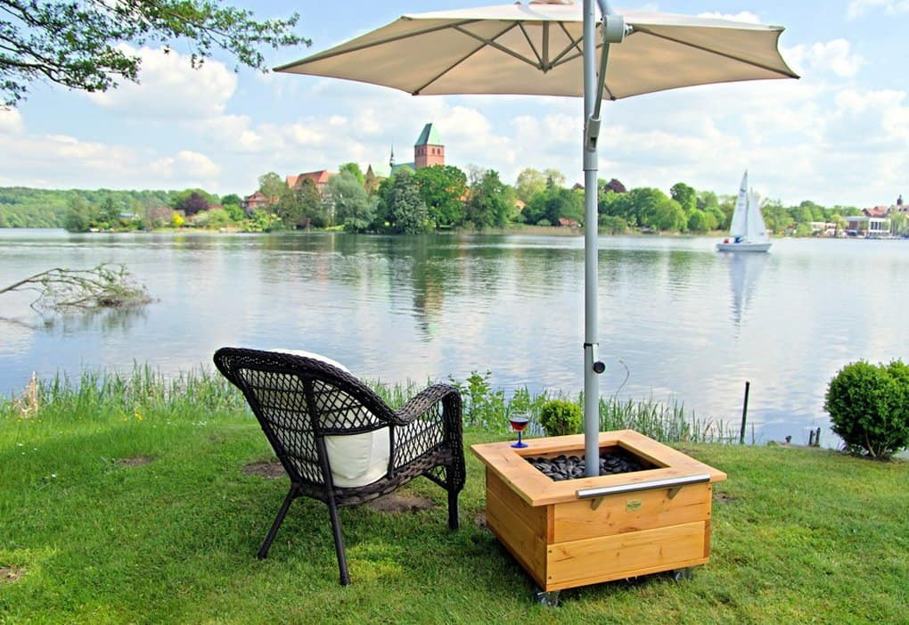 HERSAND GmbH weißer Sonnenschirm am See