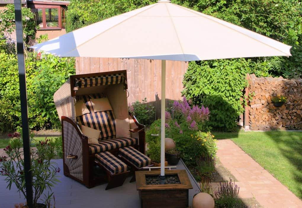HERSAND GmbH weißer Sonnenschirm im mobilen Schirmstaender auf Terrasse