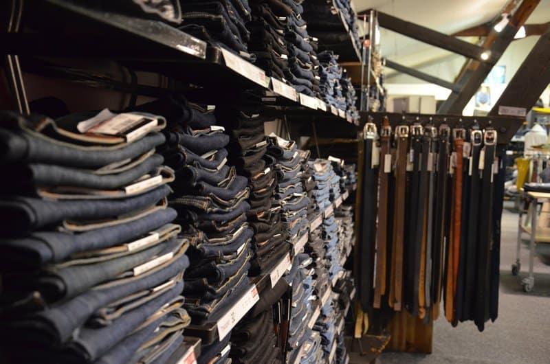 WABA Store Hosen im Regal