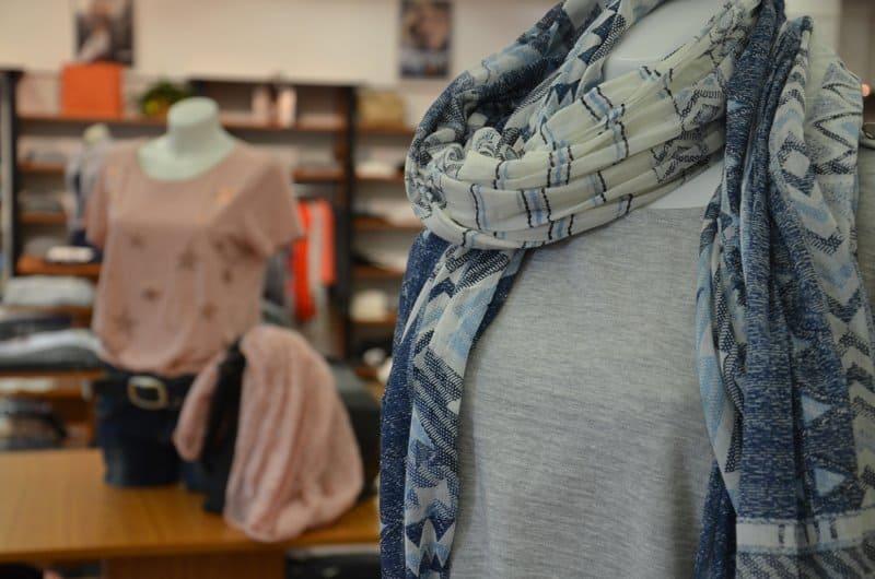 WABA Store Schaufensterpuppe mit Schal