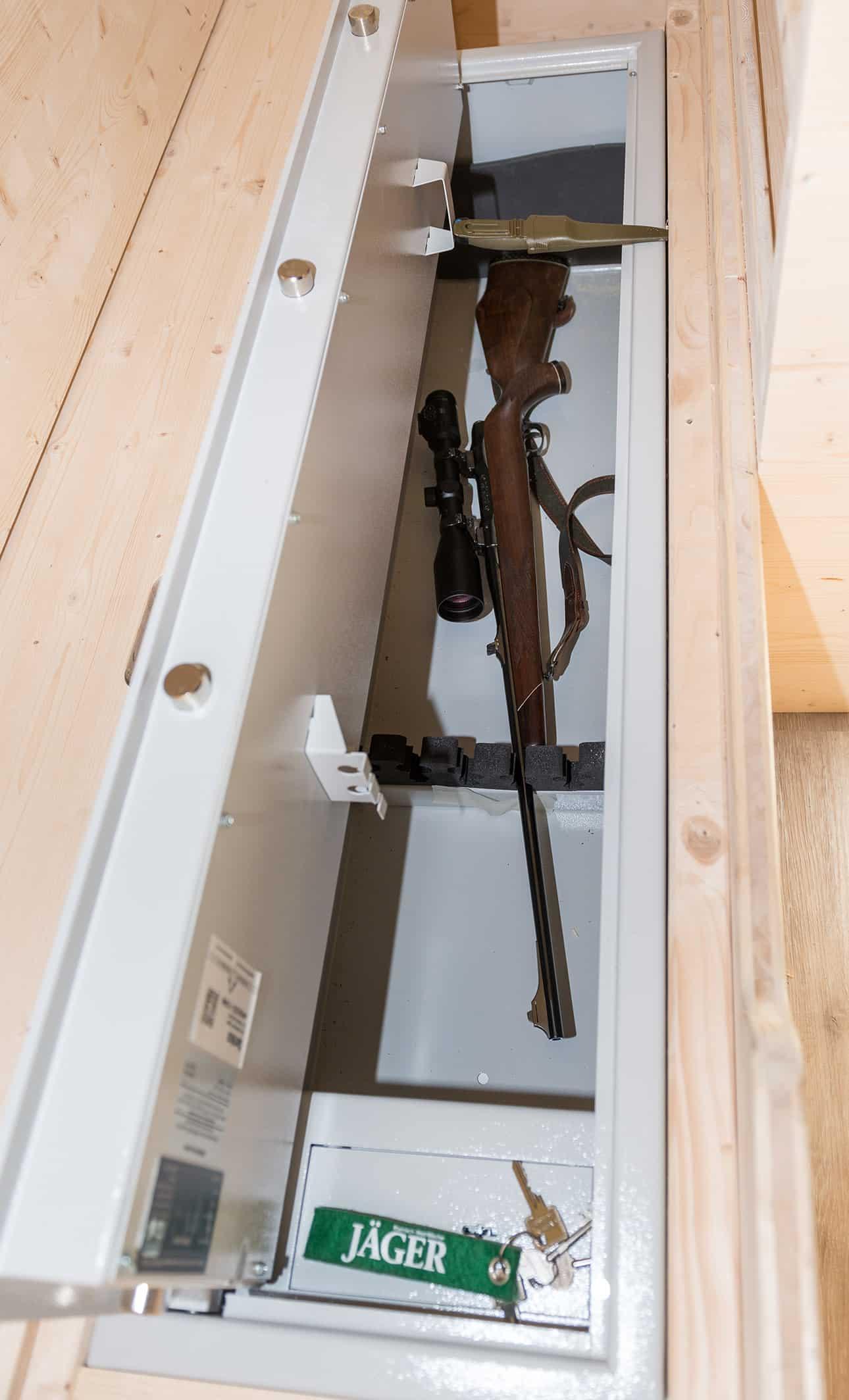 Tannhaeuschen-Jagdhuette-Waffenschrank
